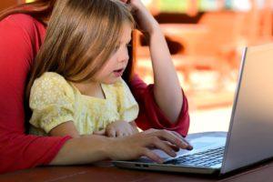 https://pixabay.com/fr/enfant-jeune-fille-jeune-caucase-1073638/