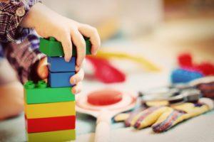 https://pixabay.com/fr/enfant-tour-blocs-de-construction-1864718/