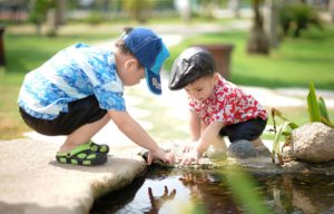 https://pixabay.com/fr/personnes-enfants-enfant-heureux-1560569/