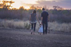https://pixabay.com/fr/famille-parents-m%C3%A8re-p%C3%A8re-bambin-2485714/