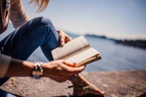 https://pixabay.com/fr/lecture-livre-jeune-fille-femme-925589/